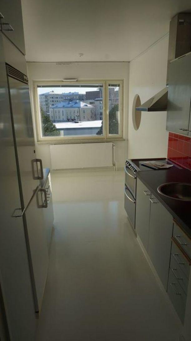 Kyseessä on kaksio. Taloyhtiössä on parvekeremontti, jonka jälkeen asunnon vuokra nousee 50 eurolla.