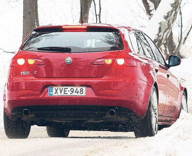 MUOTO ODOTTAA Takaapäin katsottuna näkee jo, että Alfa 159 alkaa odotella seuraavan sukupolven tuoreita muotojaan.
