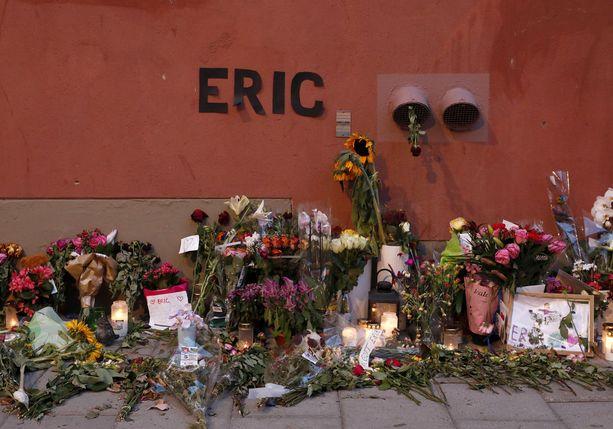 Ihmiset ovat tuoneet tapahtumapaikalle kukkia, kynttilöitä ja viestejä muistamaan Ericiä.
