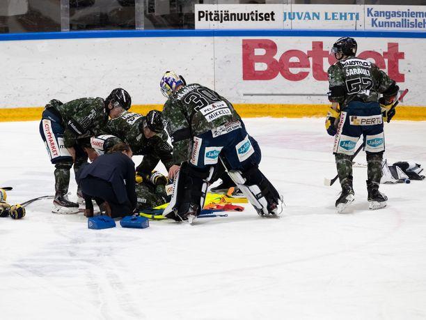 Panu Miehon taklauksen alle jäänyt Patrik Puistola makasi Mikkelin jäähallin jäällä pitkään liikkumattomana.