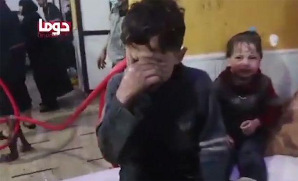 Kaasuiskun uhreja hoidettiin Itä-Ghoutan sairaaloissa aktivistien jakamilla videoilla. Puolueetonta vahvistusta iskun aiheuttajasta tai tekijästä ei ole, sillä alue on Syyrian hallinnon saartama.