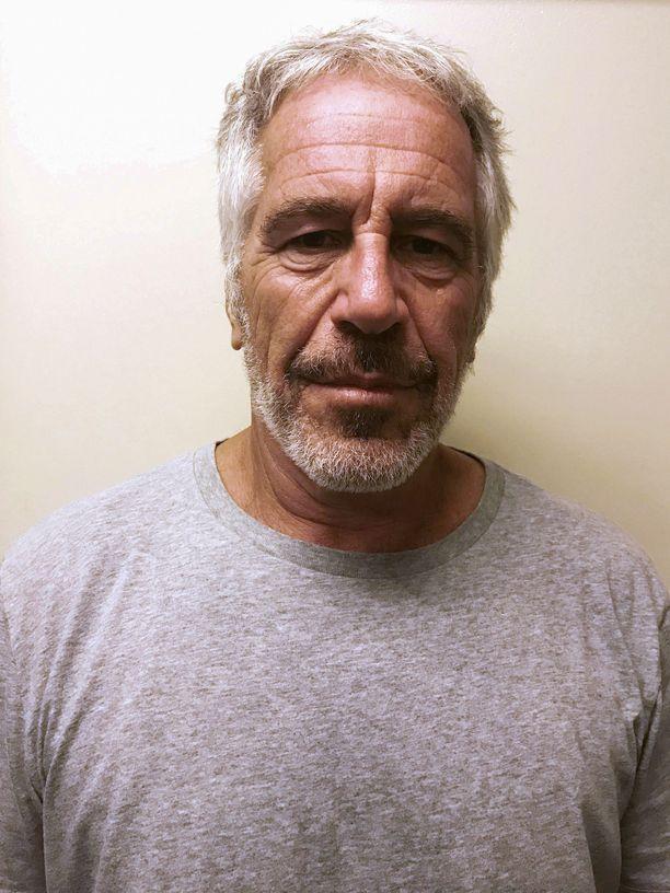 Jeffrey Epsteinia pidetään tutkintavankeudessa, sillä hänen pelätään vapaana pakenemaan maasta.