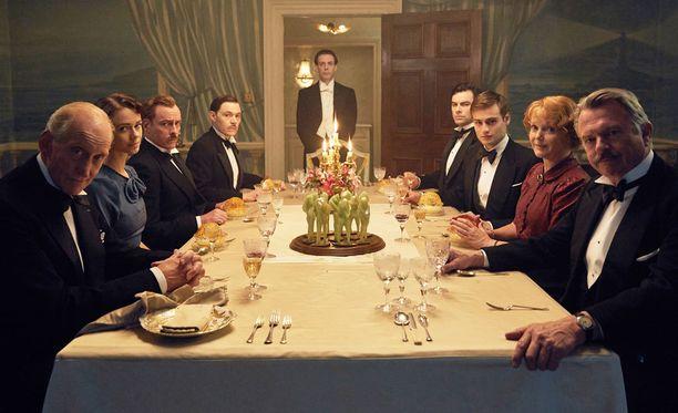 Ensimmäisen päivällisen jälkeen alkaa tapahtua.