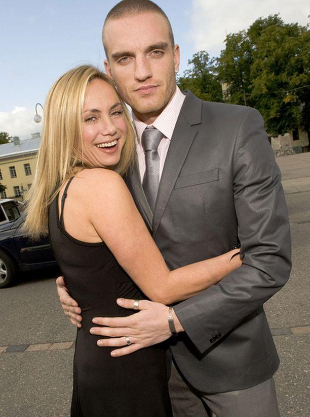 Häävieraiden joukossa oli myös Unelmien Poikamies-Antti Pelkonen kihlattunsa Tina Cousinsin kanssa.
