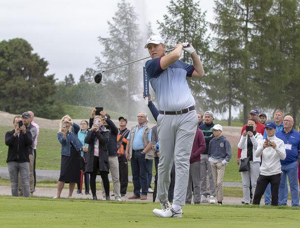 Patrik Laine pääsi kilpailemaan golfammattilaisten kanssa Nokia River Golfissa.