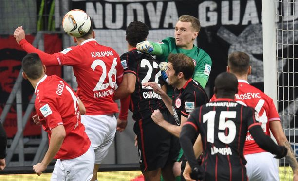 Lukas Hradecky selvittää Hannoverin erikoistilanteen.