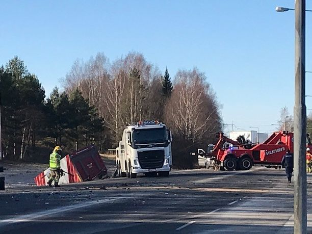 Ulvilan onnettomuudessa oli osallisena henkilöauto ja raskaita ajoneuvoja.