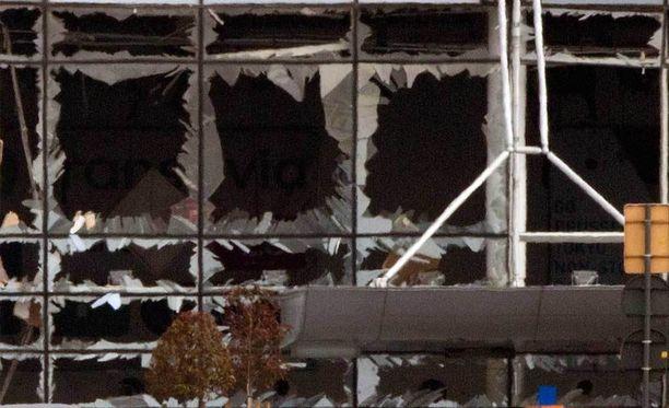 Räjähteet iskivät lentokentän ikkunat säpäleiksi.
