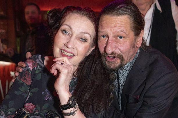 Saija Varjus toi rakkaansa Ravintola Rivoletton avajaisiin. Mies auttoi Varjusta pyörätuolin kanssa.