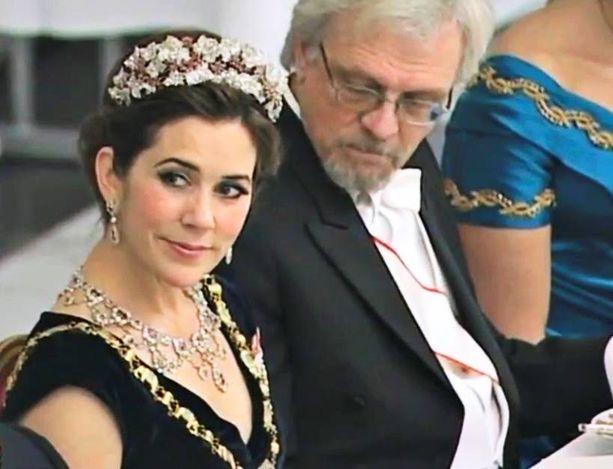 PITKÄ KATSE Tohtori Pentti Arajärvi katsoo ainakin kuuden sekunnin ajan kruununprinsessa Maryn rintaa.