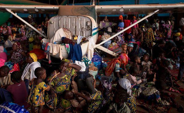 Lentokentän liepeillä tungeksivilla ihmisillä ei ole ruokaa eikä puhdasta vettä käytössään, mutta he eivät uskalla poistua alueelta.