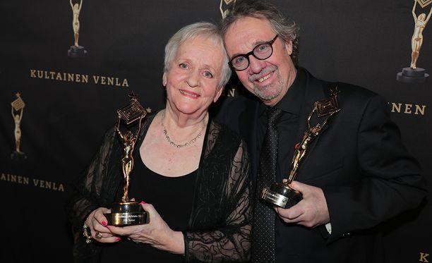Eila Roine ja Kari Salmelainen palkittiin pitkästä urastaan.