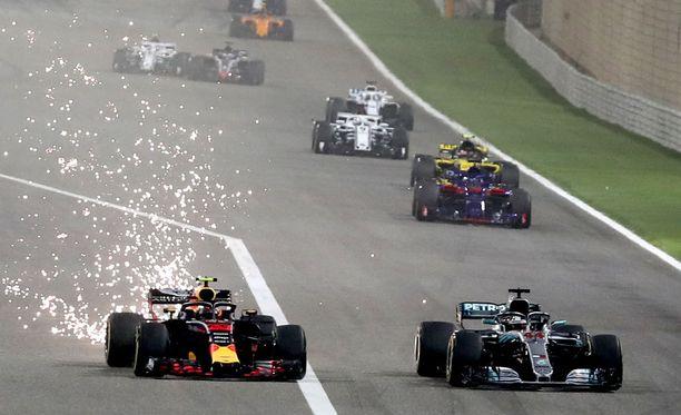 Max Verstappen joutui keskeyttämään Bahrainissa takarenkaan hajoamisen takia.