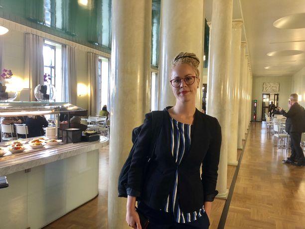 Hanna Sarkkinen esittää ulkoministerille epäluottamusta.