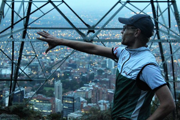 Jukka Kokkoniemi esittelee näköalatasanteelta aamu-usvassa kylpevää Bogotaa.