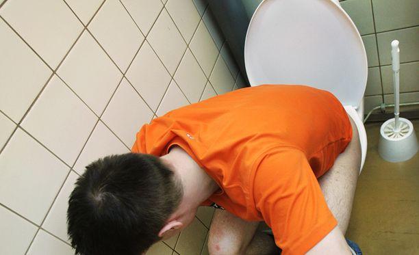 Ruotsalaismies jäi kiinni kuvattuaan vessassa istuvaa miestä. (Kuvituskuva)
