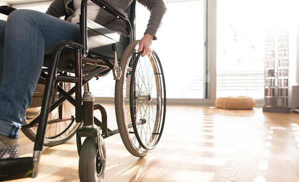 Kuvituskuva. Kaikki suomalaiset vammaisjärjestöt vastustavat sitä, että vammaisten henkilöiden koko elämän mittaisia, välttämättömiä palveluja järjestetään hankintalain mukaisesti palvelujen kilpailutuksen kautta.