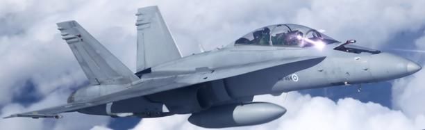 Ilmavoimien Hornet lentää matalalla Helsingin Töölön yli lauantaina.