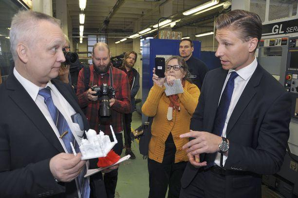 Riihimäen vankilan johtaja Pasi Oksa esitteli oikeusministeri Antti Häkkäselle vankilan työpajatoimintoja tiistaina 16. tammikuuta. Vankilaan on hankittu muun muassa 3D-printteri.