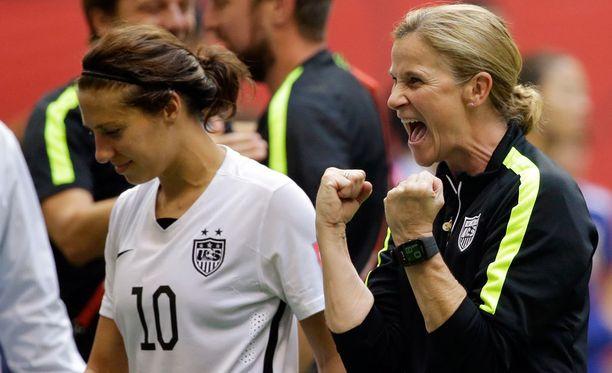 Valmentaja Jill Ellisin (oikealla) kannustuskeinot tepsivät ainakin Carli Lloydiin, joka teki joukkueensa neljästä ensimmäisestä maalista kolme.