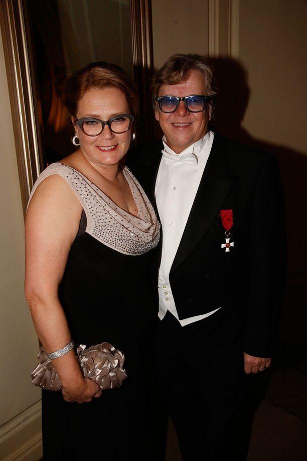 Kansanedustaja Mikko Alatalo juhli Seija-vaimonsa kanssa.