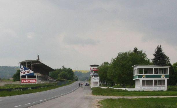 Turisteja käy säännöllisesti katsomassa entisaikojen F1-radan hylättyjä rakennelmia