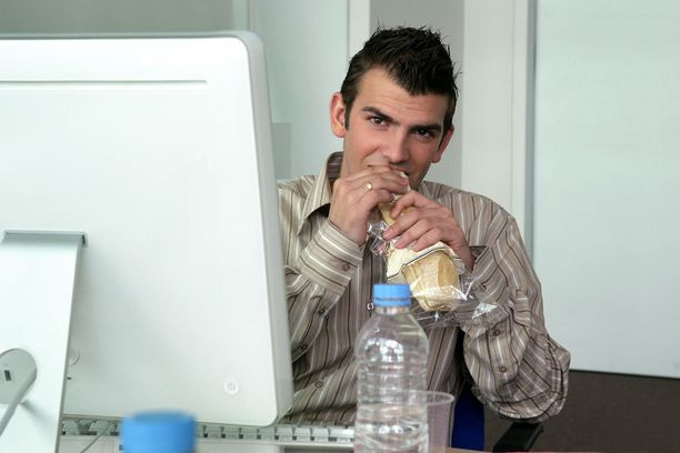 EI NÄIN Pidä lounastauko jossain muualla kuin työpisteelläsi, mieluiten ulkona.