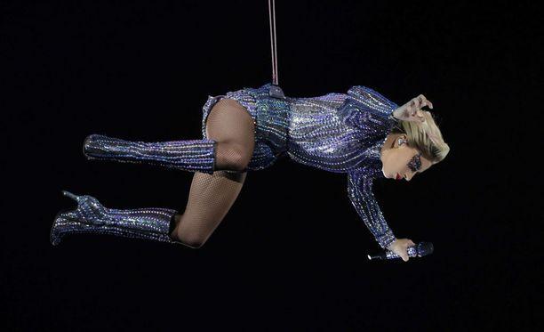 Lady Gaga aloitti show'nsa stadionin katolta, josta hän laskeutui ensimmäisen laulun jälkeen alas.