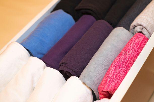 Marie Kondo tunnetaan taittelunikseistään. Matkalaukun pakkaamisessa kannattaa soveltaa sekä taittelua että rullaamista.