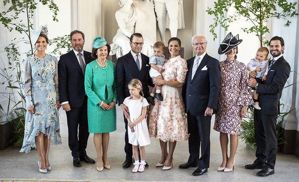 Kuninkaallinen perhe potretissa.