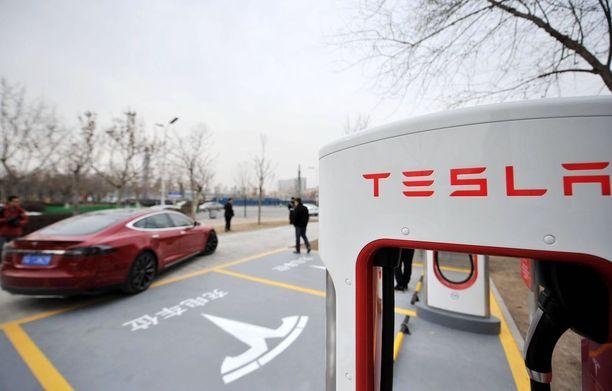 Kiinassa 114 Teslan superlatausasemaa.