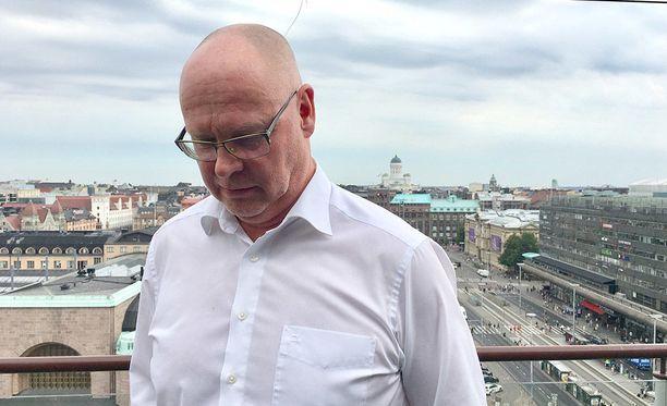 Tomi Yli-Kyynyn johtamalla Carunalla on noin 20 prosentin markkinaosuus Suomen sähkönsiirrosta ja 672 000 asiakasta. Caruna sai alkunsa, kun Fortum myi sähkönsiirtotoimintansa Kataisen hallituksen suostumuksella. Hallituksen mukaan sähköverkoilla ei ollut strategista merkitystä.