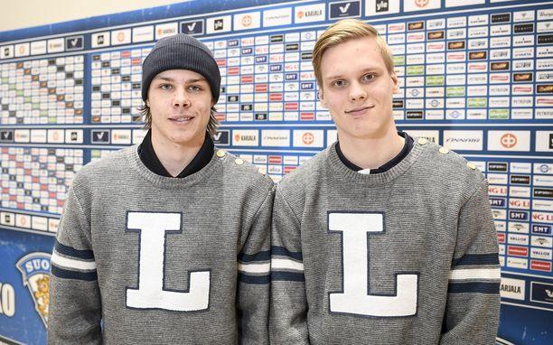 Nuoret Leijonat Miro Heiskanen (vas.) ja Olli Juolevi jääkiekon alle 20-vuotiaiden maajoukkueen tiedotustilaisuudessa 15.12.2017.
