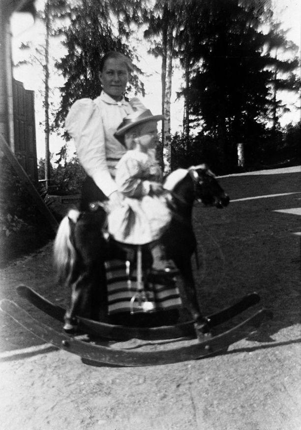 Lapsi keinuhevosen selässä Pauligin huvilalla arvioiden mukaan vuonna 1895.