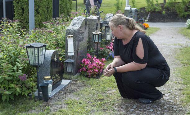 Sirke käy tyttärensä haudalla säännöllisesti. Vuosien aikana suru on vaihtunut kaipaukseksi.