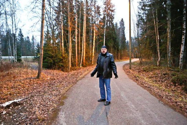 Rikoskomisario Jari Kinnunen paikalla, josta Markku Mallat löydettiin surmattuna huhtikuussa 1996.