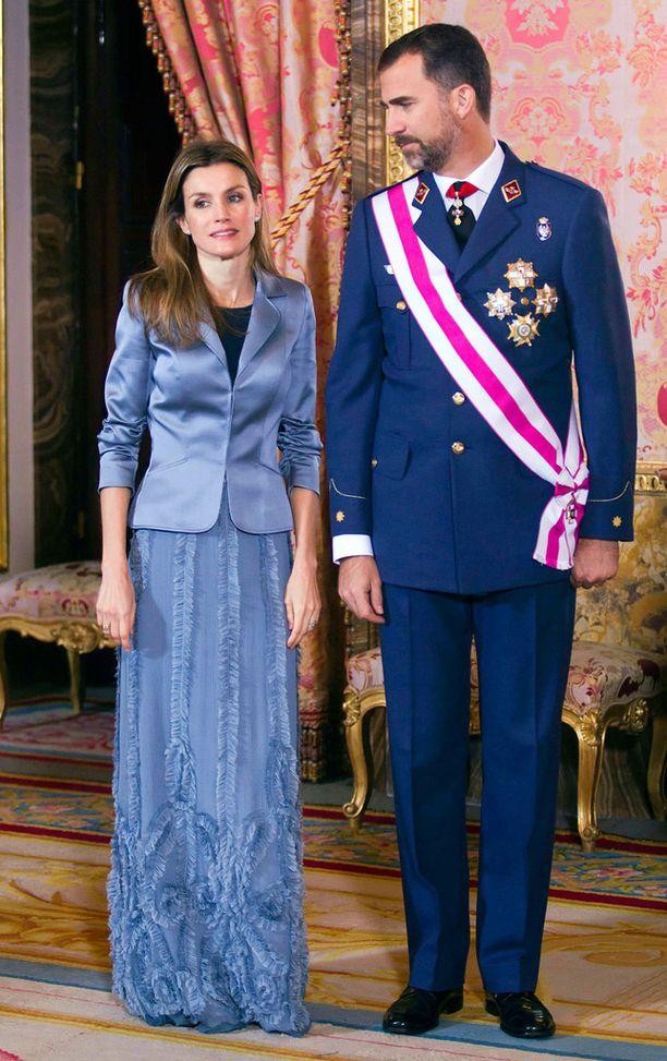 Letizia suosii moderneja linjoja myös juhlapukeutumisessaan.