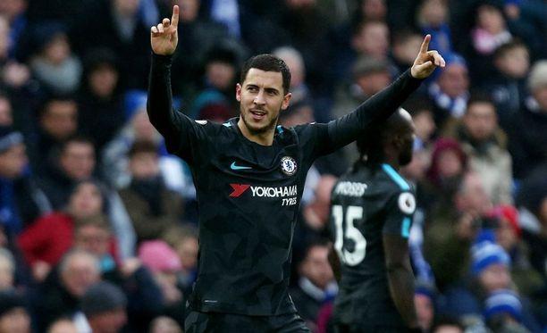 Eden Hazard tykitti Chelsealle kaksi maalia ja lahjoitti paitansa fanilleen.