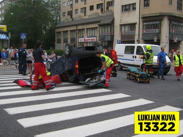 Pelastuslaitos joutui irrottamaan henkilöautoon puristuksiin jääneen matkustajan.