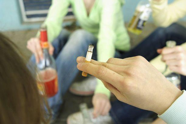 Syytetyn mukaan teinitytöt pelasivat peliään hänen kanssaan – saadakseen tupakkaa ja alkoholia. Kuvituskuva.