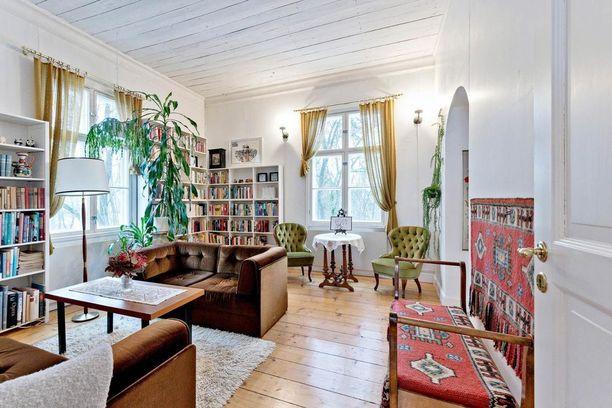Vaaleat pinnat tuovat tukea tummille huonekaluille. Sohvat ja nojatuolit ovat samettipintaisia - materiaali, joka on parhaillaan hyvin trendikäs.