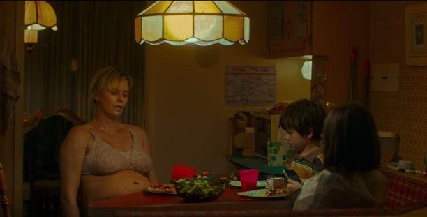 Charlize Theron näyttelee Tully-elokuvassa raskaana olevaa kahden lapsen äitiä.