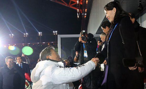 Etelä-Korean presidentti Moon Jae-in kätteli Pohjois-Korean johtajan Kim Jong-unin pikkusiskon Kim Yo-jongin kanssa.