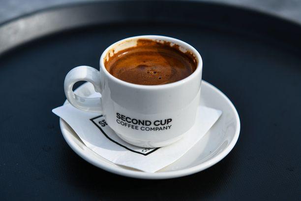 Kamppiin avatussa Second Cup -kahvilassa on tarjolla kahvin ohella myös muun muassa teetä, kylmäpuristettuja mehuja sekä jälkiruokia.