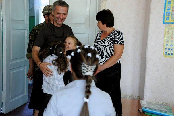 Apulaiskomentaja Konstantin Novikov on koululaisten suosiossa. Hänellä itsellään on näiden koululaisten ikäinen poika kotona odottamassa.