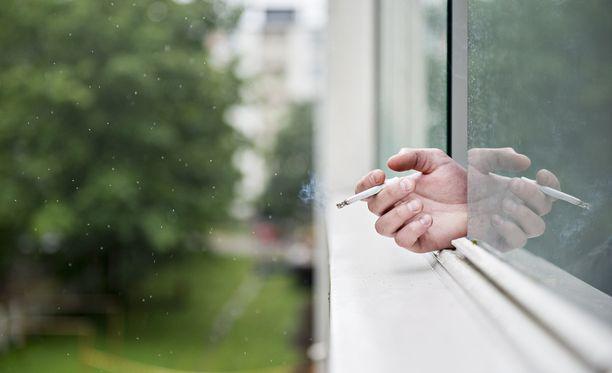 Kunnissa tehdään syksyn aikana ensimmäisiä päätöksiä taloyhtiöiden hakemista tupakointikielloista. Tupakkalaki on mahdollistanut tupakointikieltojen hakemisen parvekkeille ja piha-alueille tämän vuoden alusta.