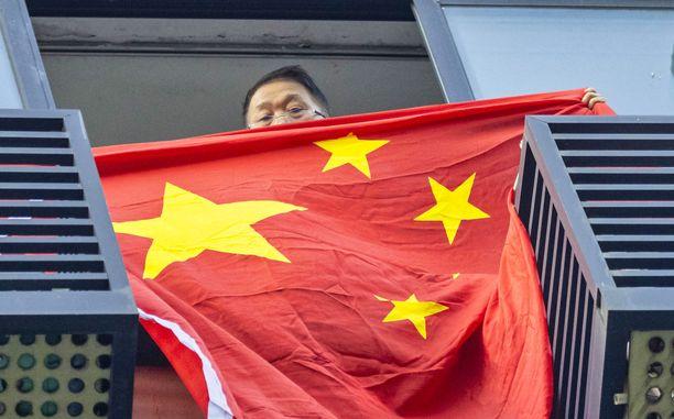 Konsulaatin naapuri tunnusti väriä heiluttamalla Kiinan lippua.