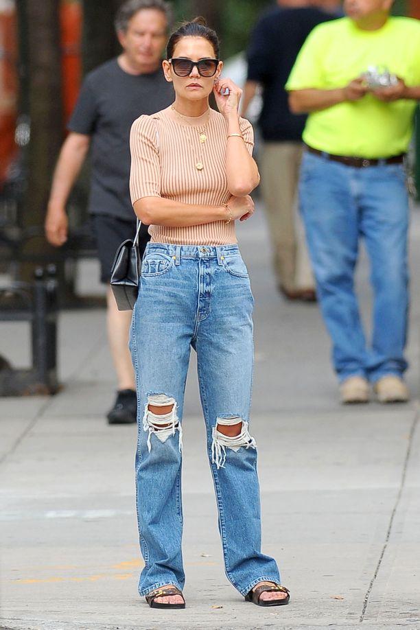 Katie Holmesin ribattu poolokauluksinen toppi on täydellinen vaate alkusyksyyn. Puseron päälle kerrostetut kaulakorut tuovat rentoon farkkuasuun kivan säväyksen: pue siis useampi ketju näkyville vaikkapa t-paidan tai poolon päälle.