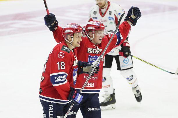 Teemu Tallberg (vas.) ja Jere Sallinen juhlivat jälkimmäisen tekemää 2–2-tasoitusta.