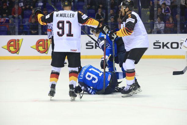 Juho Lammikko meni jäihin, kun Saksan kapteeni Moritz Müller kosti suomalaisen iskun arkaan paikkaan.